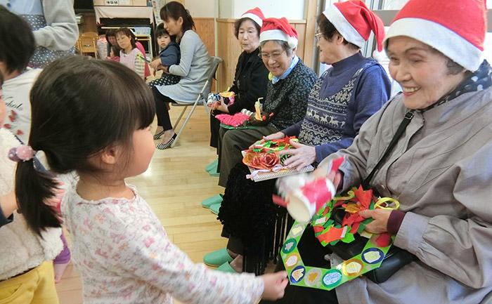 クリスマス会で地域お年寄りと交流